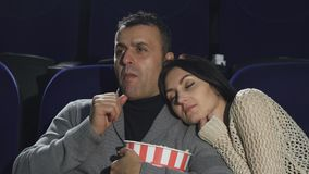 Зрелый человек shushing к камере warching кино на кино акции видеоматериалы