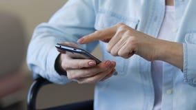 Зрелый smartphone скроллинга дамы, фото просмотра от ее прошлого, используя устройство видеоматериал
