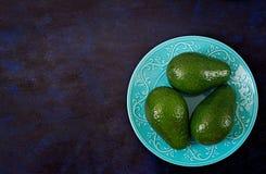 3 зрелых авокадоа на темной таблице еда принципиальной схемы здоровая Стоковое фото RF