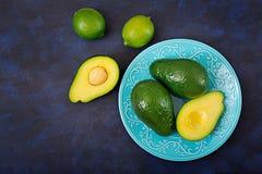 3 зрелых авокадоа на темной таблице еда принципиальной схемы здоровая Стоковые Фото