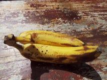 2 зрелых банана на старой woden поверхность Стоковое Изображение