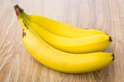 3 зрелых желтых банана на таблице Стоковые Изображения