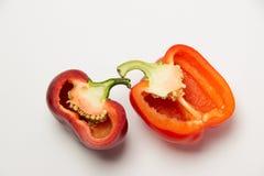 2 зрелых красного перца в отрезке на белой предпосылке Стоковое Изображение RF