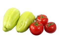 2 зрелых 3 красных томата болгарских перцев и изолированного на белой предпосылке Стоковое Изображение