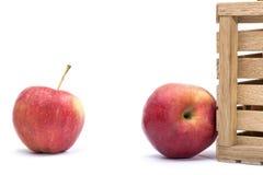 2 зрелых красных яблока около деревянной коробки Стоковые Фото