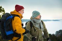 2 зрелых люд с исследовать Финляндию в зиме стоковая фотография