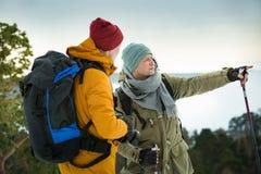 2 зрелых люд с исследовать Финляндию в зиме стоковые изображения