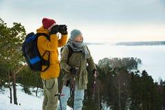 2 зрелых люд с исследовать Финляндию в зиме стоковая фотография rf