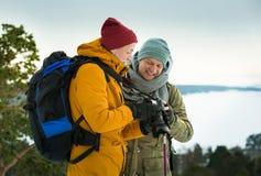 2 зрелых люд с исследовать Финляндию в зиме стоковые фотографии rf