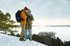 2 зрелых люд с исследовать Финляндию в зиме стоковые фото