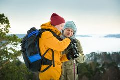 2 зрелых люд с исследовать Финляндию в зиме стоковое изображение rf