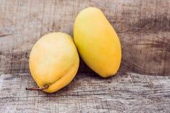 2 зрелых манго на деревянной предпосылке Стоковые Изображения RF