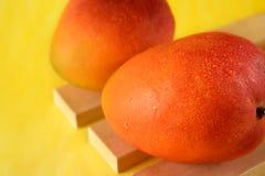 2 зрелых манго на деревянных досках Стоковое Фото
