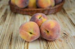 3 зрелых персика на деревянной предпосылке Стоковое фото RF