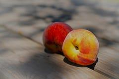 2 зрелых персика на деревянном столе Стоковые Изображения RF