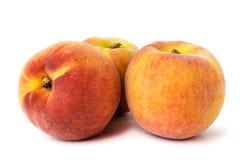 3 зрелых персика с естественной тенью на белизне, крупным планом Стоковое фото RF