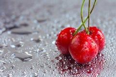 3 зрелых сладостных вишни в падениях воды Стоковая Фотография