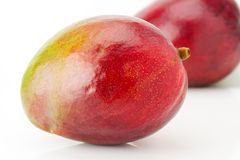 2 зрелых сочных и рт-моча конца-вверх плодоовощ манго Стоковая Фотография RF