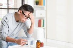 Зрелая азиатская китайская головная боль человека Стоковые Фото