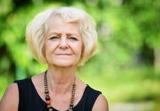 Зрелая, белокурая женщина стоковое изображение