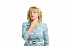 Зрелая боль чувства женщины в горле стоковое изображение rf