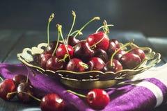 Зрелая вишня в старой вазе Стоковые Фотографии RF