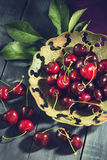 Зрелая вишня в старой вазе Стоковое Изображение RF