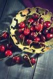 Зрелая вишня в старой вазе Стоковое Изображение