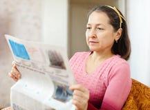Зрелая газета чтения женщины Стоковые Изображения RF