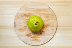 Зрелая груша над деревянной таблицей Стоковая Фотография RF