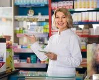 Зрелая деятельность аптекаря женщины Стоковая Фотография RF