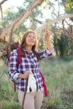 Зрелая женщина в австралийском кусте Стоковое Изображение RF