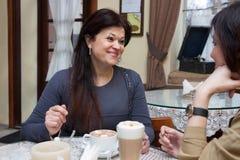 Зрелая женщина в кафе Стоковое Изображение RF