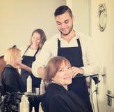 Зрелая женщина в парикмахерскае Стоковая Фотография