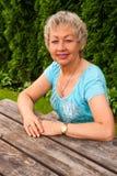 Зрелая женщина в парке города Стоковое Изображение