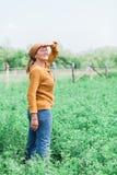 Зрелая женщина в поле Стоковая Фотография