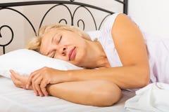 Зрелая женщина в спать пижам стоковая фотография rf