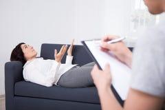 Зрелая женщина говорит о его проблемах к его психологу стоковое изображение rf