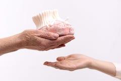 Зрелая женщина держа малую ткань для ребенка стоковое изображение rf