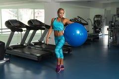 Зрелая женщина делая тренировку на шарике в спортзале Стоковое Фото