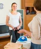 Зрелая женщина и девушка очищая дома стоковые изображения rf