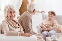 Зрелая женщина и ее друзья стоковые изображения