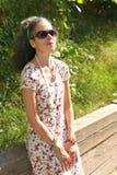 Зрелая женщина наслаждаясь солнцем Стоковое Фото