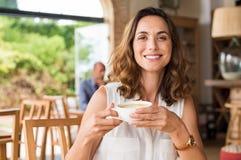 Зрелая женщина на столовой Стоковое фото RF