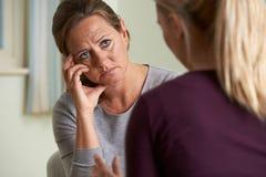 Зрелая женщина обсуждая проблемы с советником Стоковые Изображения RF