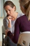 Зрелая женщина обсуждая проблемы с советником Стоковые Изображения