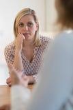 Зрелая женщина обсуждая проблемы с советником Стоковое Изображение RF