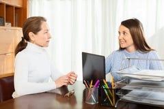 Зрелая женщина обсуждая что-то с девушкой на офисе Стоковое Фото