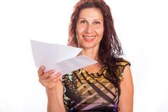 Зрелая женщина показывая 3 конверта Стоковые Изображения RF