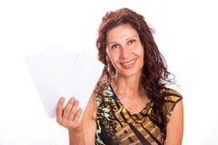 Зрелая женщина показывая 3 конверта Стоковая Фотография